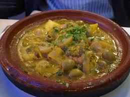 Tajine de poulet au olives et au citron confit.